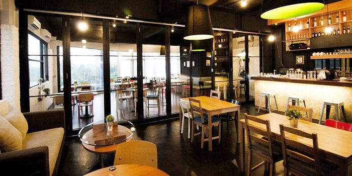 Dining Area of de Mingle in Kebon Jeruk, Jakarta