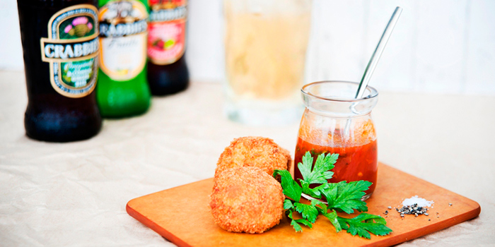 Crabbies Alcoholic Ginger Beer & Crab Cakes from Privé Orchard in Orchard Road, Singapore