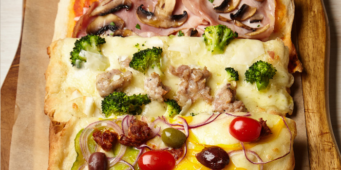 Pizza from iO Italian Osteria at Central World Groove Zone, Floor 1 Rama 1 Rd, Pathumwan Bangkok