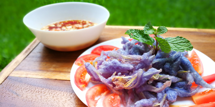 Fried Butterfly Pea Papaya Salad from Raan Keng Restaurant at 9 Pradiphat 14 Alley(Kingchinda Alley) Pradiphat Road Samsennai, Phayathai Bangkok